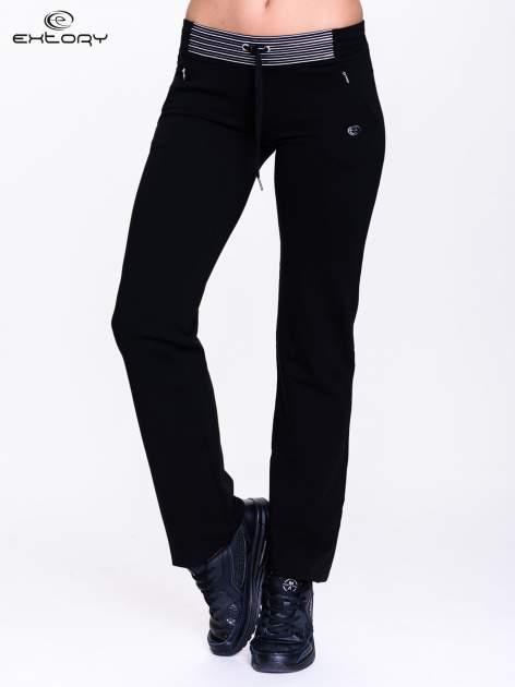 Czarne spodnie dresowe z białą wstawką