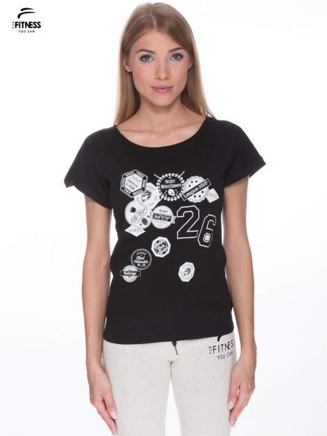 Czarny t-shirt z nadrukiem naszywek