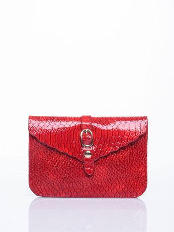 Czerwona kopertówka z motywem skóry krokodyla