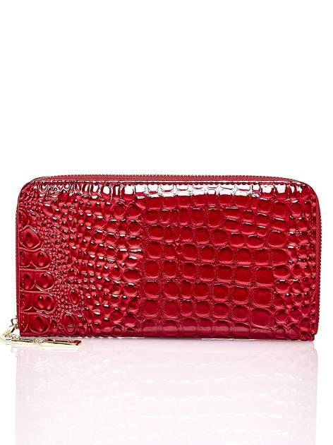 Czerwony portfel kopertówka z motywem skóry krokodyla