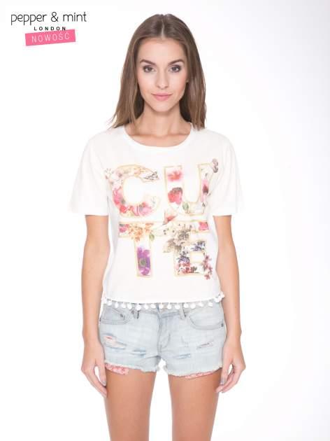 Ecru t-shirt z nadrukiem CUTE i pomponami w stylu etno