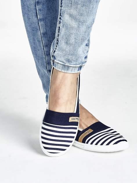 Granatowe buty sliponki w paski