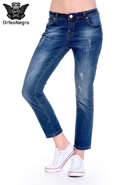 Granatowe spodnie girlfriend jeans z przetarciami