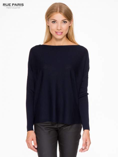Granatowy sweter o nietoperzowym kroju z cekinową aplikacją na rękawach
