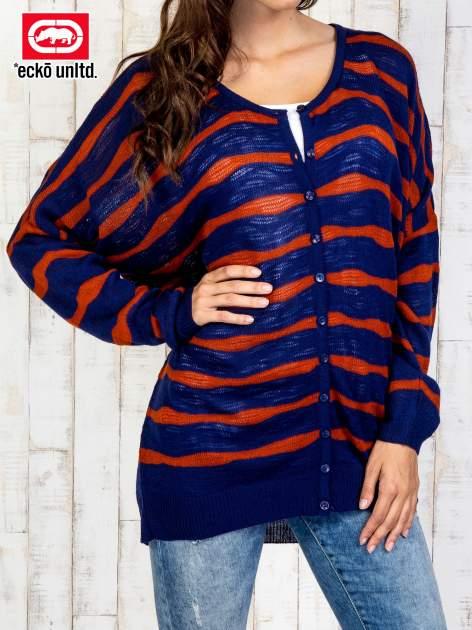 Granatowy sweter oversize w paski