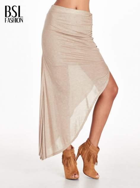 Jasnobrązowa spódnica maxi z drapowaniem i rozporkiem z boku
