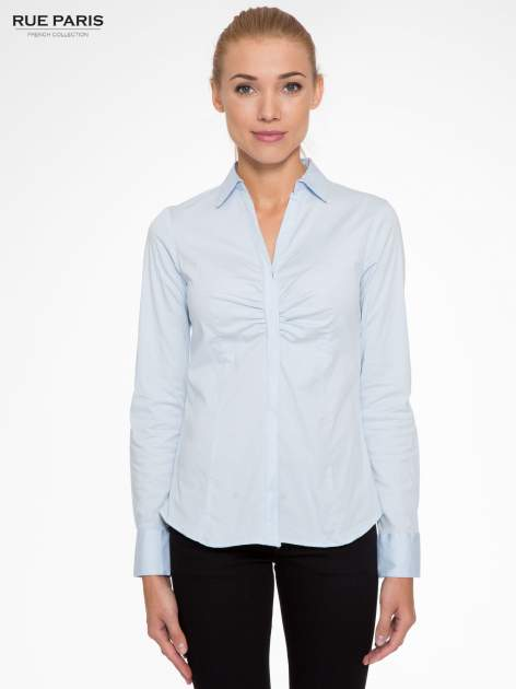 Jasnoniebieska elegancka koszula z marszczeniem przy dekolcie