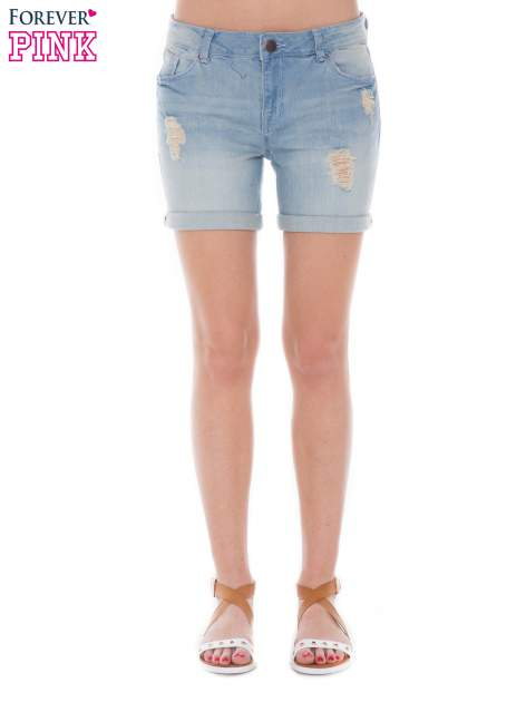 Jasnoniebieskie jeansowe szorty z podwijanymi nogawkami