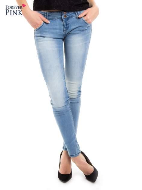 Jasnoniebieskie jeansy biodrówki na dwa guziki