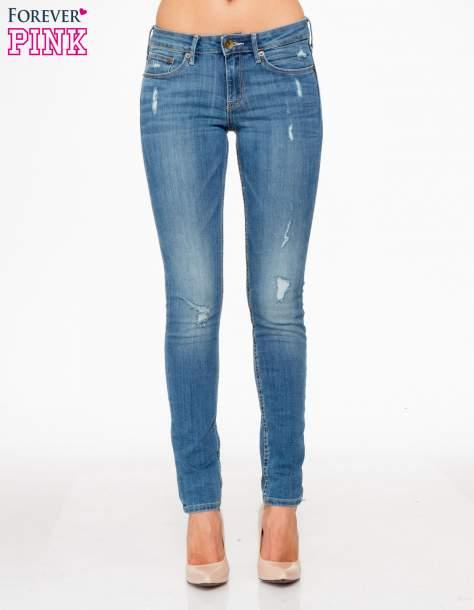 Jasnoniebieskie spodnie jeansowe z przetarciami