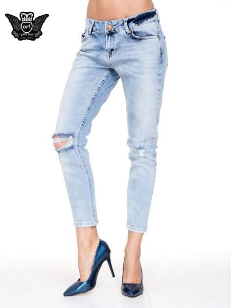 Jasnoniebieskie spodnie jeasnowe o prostej nogawce z rocięciem na kolanie
