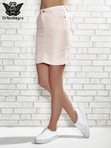 Jasnoróżowa spódnica z zapięciem na guzik