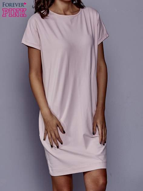 Jasnoróżowa sukienka dresowa z kieszeniami po bokach