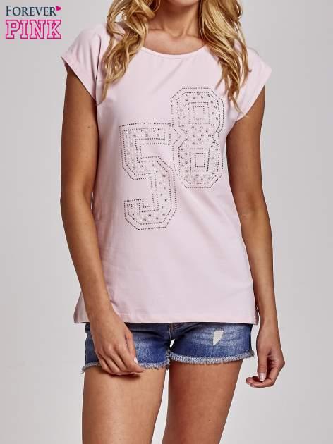 Jasnoróżowy t-shirt z numerem 58 z dżetów