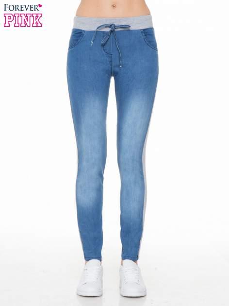 Jeansowo-dresowe spodnie typu tregginsy wiązane w pasie