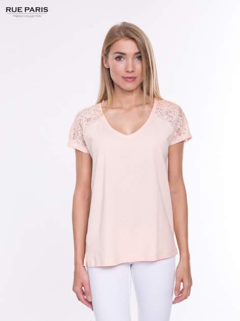 Koralowy t-shirt z koronkowymi rękawami i szyfonowym tyłem