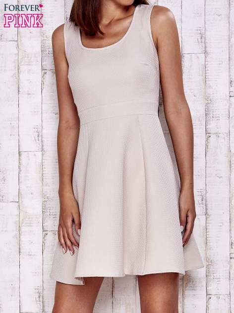 Kremowa fakturowana rozkloszowana sukienka