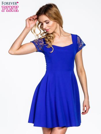Niebieska rozkloszowana sukienka z kwadratowym dekoltem