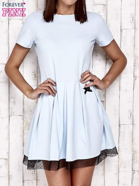 Niebieska sukienka dresowa z tiulem w groszki