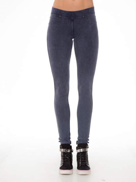 Niebieskie legginsy typu jegginsy