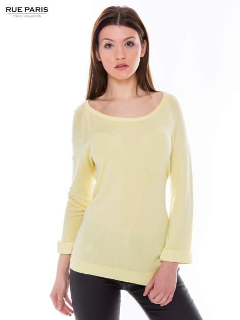 Pastelowożółty sweter z długim rękawem wykończonym koronkowym mankietem