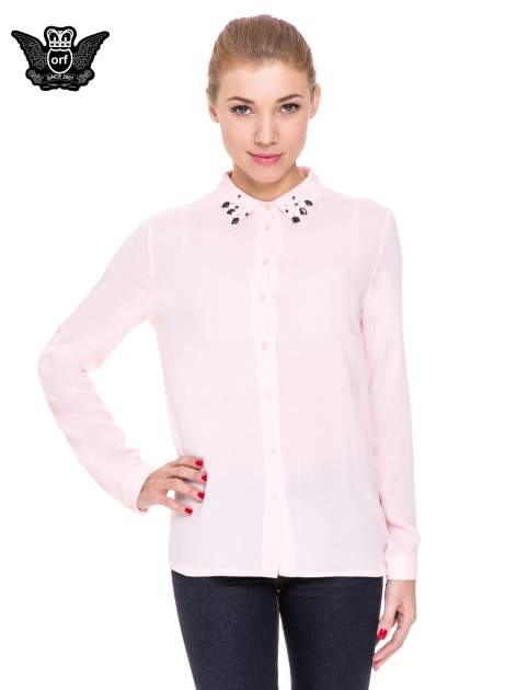 Różowa koszula z biżuteryjnym kołnierzykiem