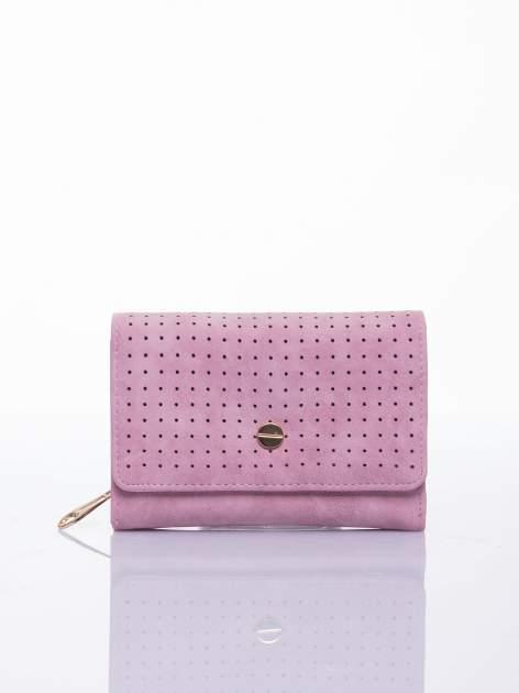 Różowy ażurowany portfel ze złotym zapięciem