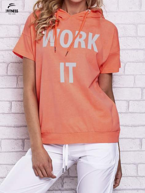 Różowy t-shirt z kapturem i napisem WORK IT