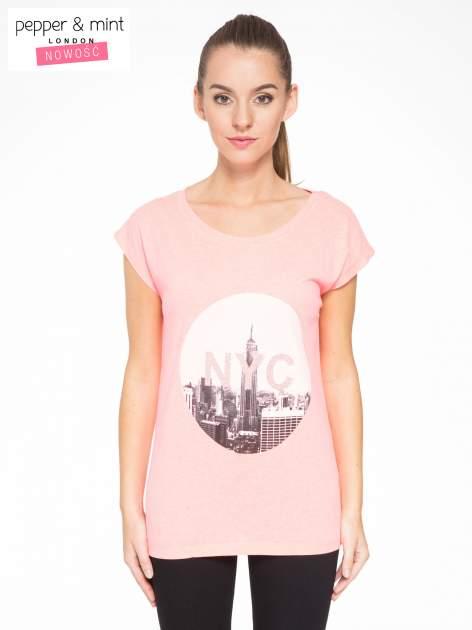 Różowy t-shirt z nadrukiem NYC zdobiony dżetami