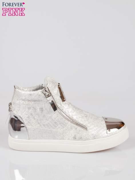 Srebrne wężowe sneakersy z blaszką na nosku