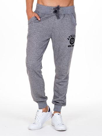 Szare melanżowe spodnie męskie z kieszeniami i aplikacją