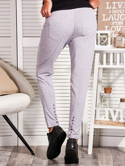 Szare spodnie dresowe z kontrastowymi wstawkami