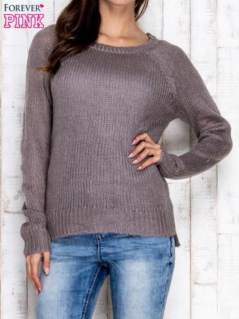 Szary dzianinowy sweter o szerokim splocie