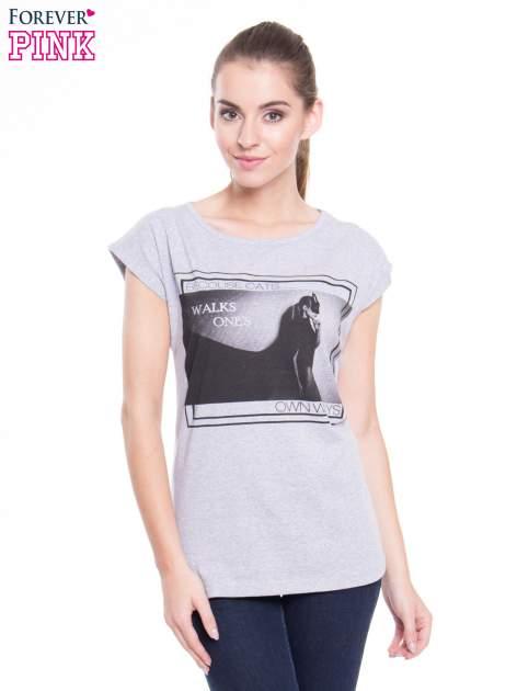 Szary t-shirt z nadrukiem kobiety-kota