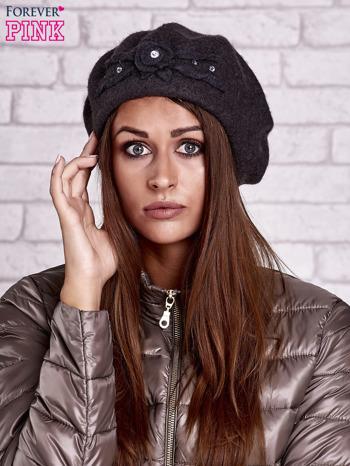 Szary wełniany beret z błyszczącą aplikacją