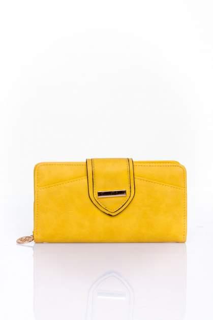 Żółty portfel z ozdobnym zapięciem