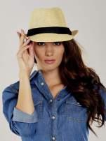 Beżowy kapelusz fedora z czarną wstążką