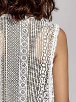 Biała ażurowa kamizelka z frędzlami w stylu boho