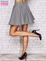 Biała rozkloszowana spódnica w pepitkę