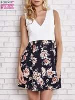 Biała sukienka z kwiatowym dołem i z suwakiem z tyłu