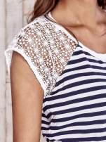 Biały t-shirt w paski z koronkowymi rękawami