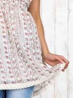 Biały top damski w drobne kwiaty z gumeczką na górze