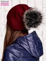 Bordowa czapka z futrzanym pomponem