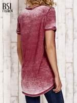 Bordowy t-shirt z rozcięciami efekt acid wash