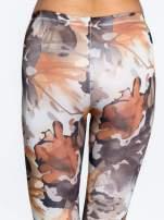 Brązowe legginsy w wielobarwne wzory