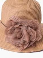 Brązowy kapelusz słomiany z dużym rondem i kwiatem w groszki