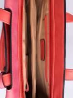 Ciemnoróżowa torba z klapą i troczkami z przodu