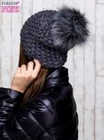 Ciemnoszara czapka o grubym splocie z pomponem