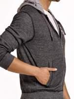 Ciemnoszara sportowa bluza męska na suwak z kapturem i naszywką