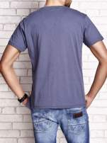 Ciemnoszary t-shirt męski z marynarskim motywem i napisem SAILING